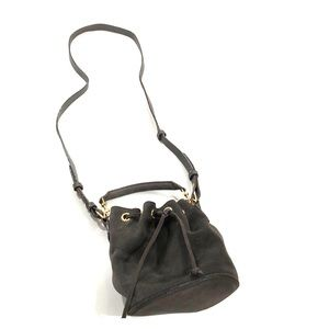 Neutral shoulder strap bucket bag with a handle